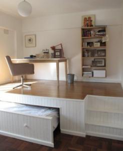 Så här kan man kombinera sovrum och kontor, lite avancerat kan tyckas men väldigt snyggt
